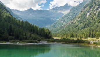 """Il lago italiano """"invaso"""" da fate, gnomi e nanetti"""