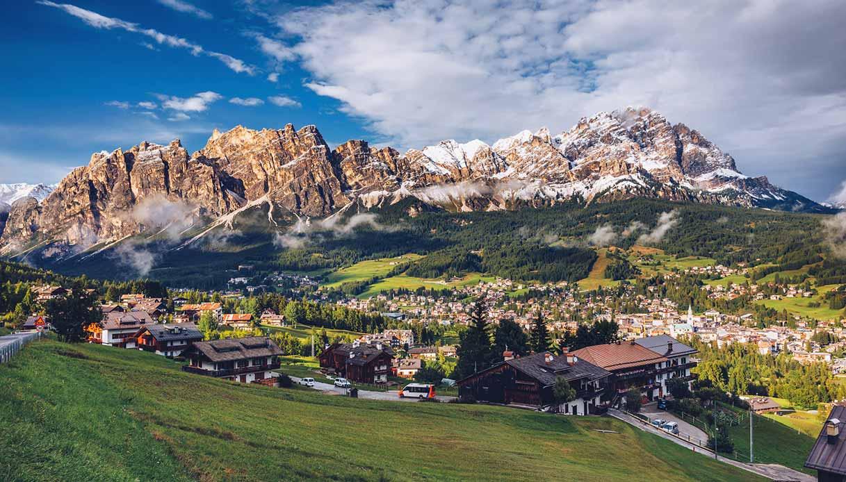 Cortina con le montagne innevate